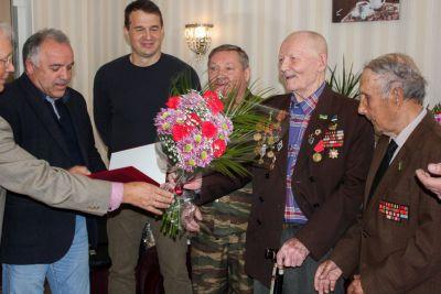 В Сыктывкаре ветеранам и труженикам тыла вручили персональные поздравления с юбилеем от Президента России