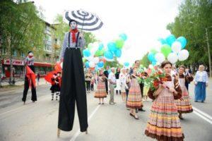 Более 2700 горожан прошли в праздничной колонне по главной улице столицы Коми