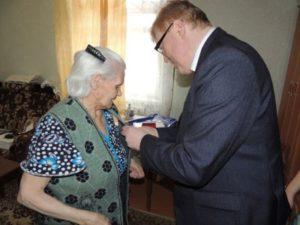 Эжвинским ветеранам ВОВ вручили юбилейные медали «70 лет Победы»
