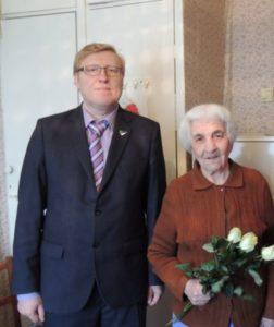 Председатель Совета Сыктывкара вручил ветеранам ВОВ медали ко дню Победы.