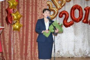 Анна Дю поздравила выпускников с завершением учебы в школе