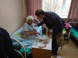Пациентов эжвинской больницы поздравили с Днём пожилого человека