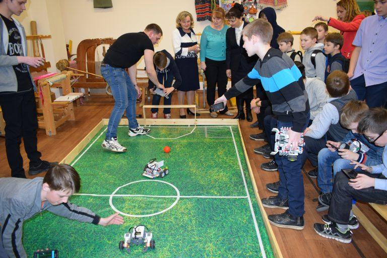 Кубок победителя фестиваля по образовательной робототехнике завоевала команда Технологического лицея