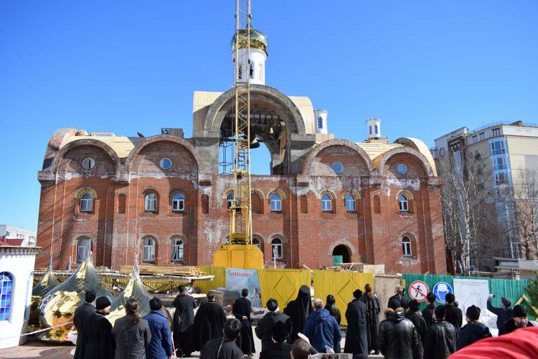 На звонницу Свято-Стефановского кафедрального собора устанавливают купола