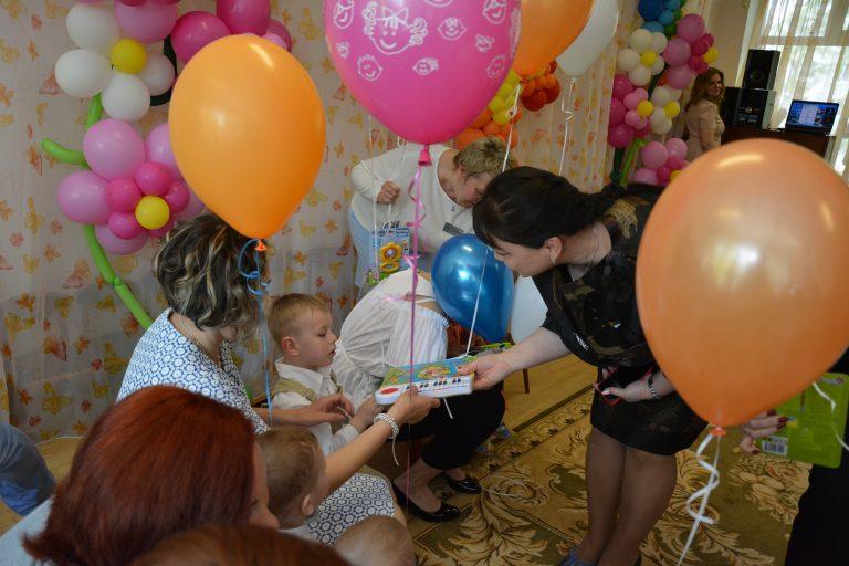 Попечители Дома ребенка поздравили его маленьких жителей с наступающим Днем защиты детей