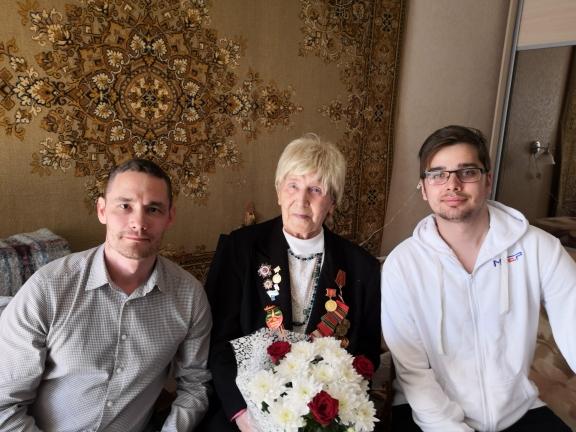 Депутат Евгений Михайлов передал поздравления с Днем Победы фронтовым медикам
