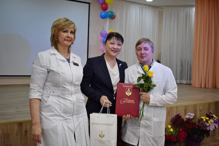 Лучшие медицинские работники Сыктывкара и Эжвы получили заслуженные награды в канун профессионального праздника