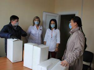 Волонтёры Сыктывкара доставили в Эжвинскую поликлинику несколько тысяч медицинских средств защиты