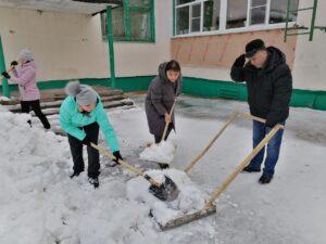 Депутаты Сыктывкара помогли очистить территорию детского дома № 3 от снега