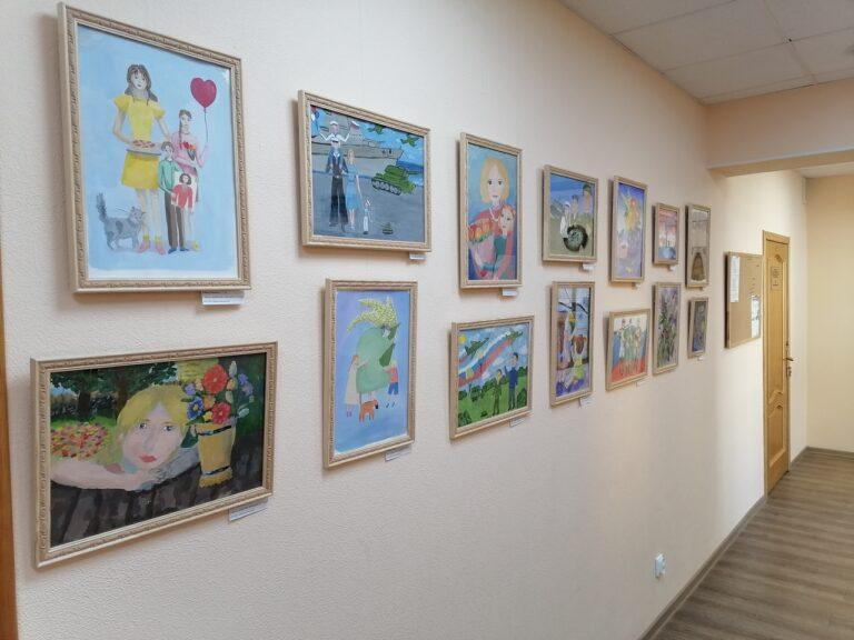 Лучшие работы участников конкурсов детского рисунка украшают фойе Совета Сыктывкара