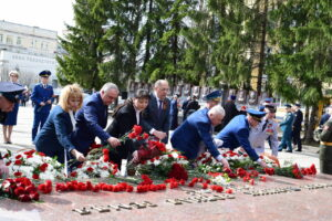 В Сыктывкаре возложили цветы к мемориальным комплексам
