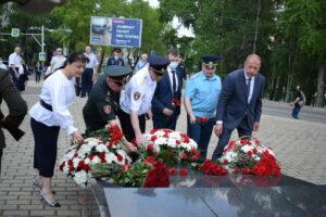 В День памяти и скорби к мемориальным памятникам возложили цветы